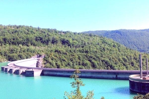 Les eaux du barrage de Vouglans (Jura) vont alimenter la rivière d'Ain.