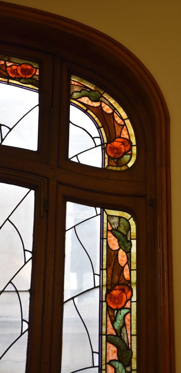 Les contours des vitraux de la CCI forment une frise colorée : ici avec des pavots.