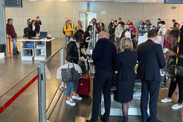 Le port du masque est obligatoire pour tous les professionnels de l'aéroport en contact avec le public et des protections en plexiglas ont été installées au comptoirs d'enregistrement et d'embarquement.