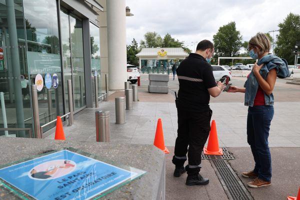 Contrôle du pass sanitaire le 16 août à Bègles près de Bordeaux au centre commercial les Rives d'Arcin. La mesure est reconduite jusqu'au 15 septembre.