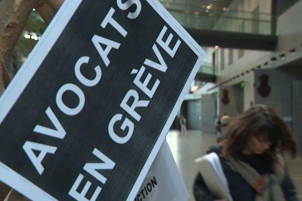 Les avocats du barreau de Grenoble maintiennent leur mouvement de grève contre la réforme des retraites.