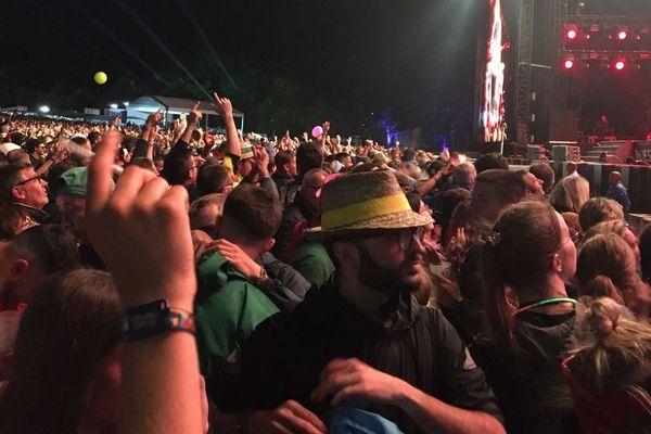Le public devant la scène Glenmor pour le concert d'Iggy Pop