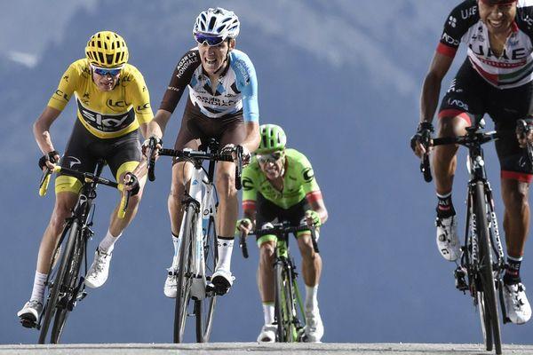 Les Colombiens Darwin Atapuma et Rigoberto Uran, le Français Romain Bardet et le Britannique Christopher Froome, portant le maillot jaune de leader, sur la ligne d'arrivée au terme des 179,5 km de la 18e étape de la 104e édition du Tour de France, le 20 juillet 2017 entre Briançon et le col de l'Izoard.