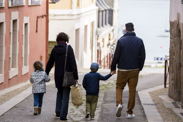 En Bretagne, le revenu médian disponible pour une famille avec 2 enfants de moins de 14 ans s'élève à 3685 € par mois.