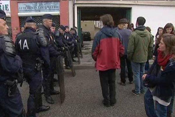 Un  important dispositif policier a été déployé devant l'immeuble occupé par les demandeurs d'asile.