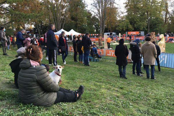 Malgré le bruit, le public est nombreux, et même les chiens sont de la partie.