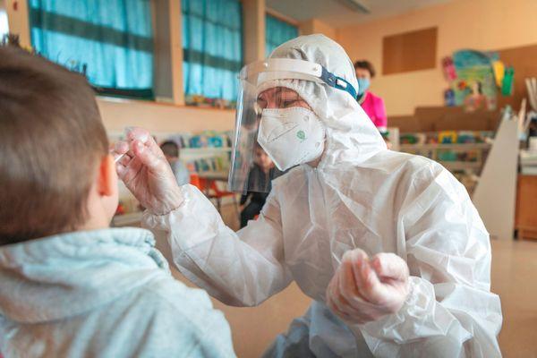 Depuis la rentrée de lundi, les tests salivaires se multiplient dans les écoles maternelles et primaires.