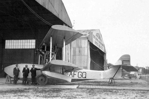 Début des années 20, de gauche à droite, devant un LeO H-19 garé à l'entrée du premier hangar de la base d'hydravions d'Antibes, M.Jacquot, commandant de la base, M.Macheny, pilote et Albert Terruse qui devient commandant de cette base en 1934.