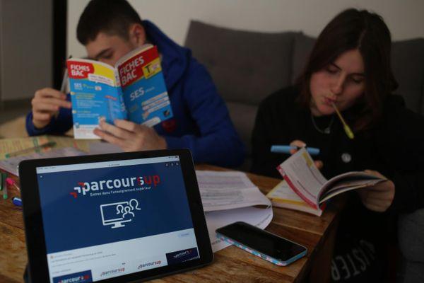 Deux étudiants révisent devant un écran Parcoursup - Photo d'illustration