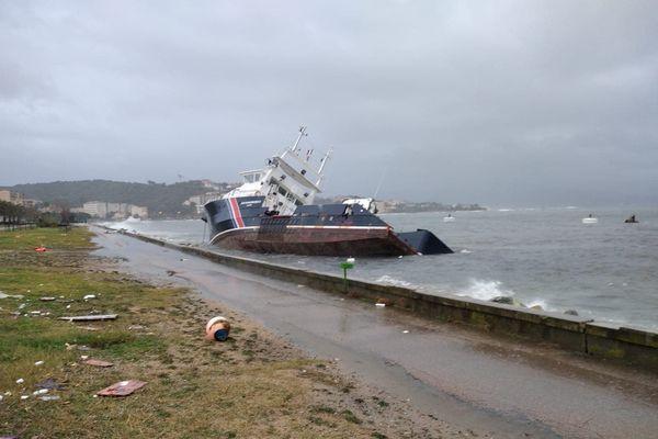 """Le bâtiment phare et balises """"Îles Sanguinaires II"""", victime de la tempête Bella"""