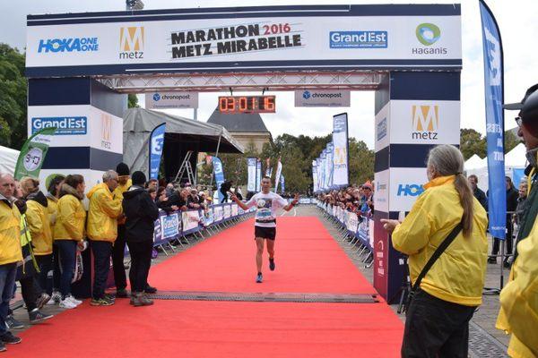 Sur la ligne d'arrivée des foulées Haganis (7 km) puis du marathon Metz Mirabelle 2016.