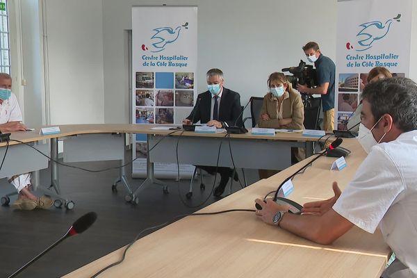 Direction et chefs de service du centre hospitalier de la côte basque en conférence de presse pour expliquer le rebond épidémique sans précédent que connaît le pays basque en cet été 2021