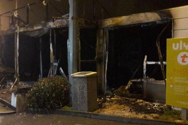 """Un magasin Ulys de Vinci autoroutes a été incendié hier soir aux abords du péage de l'A8 occupé par les """"gilets jaunes""""."""