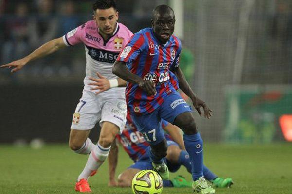 L' ex milieu de terrain caennais N'Golo Kanté est devenu une star du football anglais.