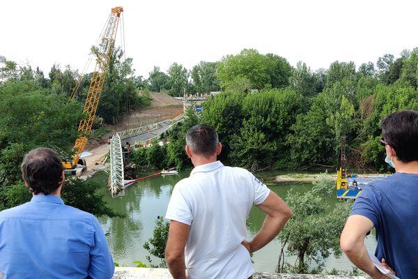 29 juillet 2021. Des curieux assistent aux opérations de relevage des différents éléments encore sous l'eau après l'effondrement du pont de Mirepoix-sur-Tarn.