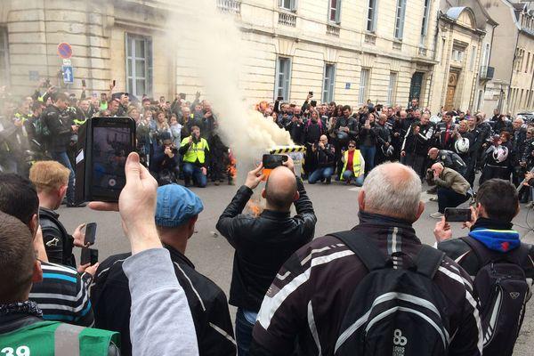 Les manifestants ont mis le feu à un radar en carton devant la préfecture de Côte-d'Or.