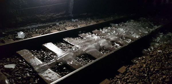 Même les voies sous le tunnel étaient recouvertes d'une épaisse couche de glace comme le montrent les photos publiées sur twitter par la SNCF