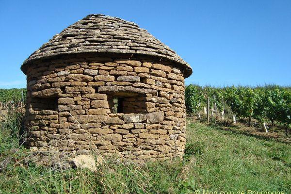 Cadole (cabane de vigneron bourguignon, en pierres) dans les vignes de Montagny.