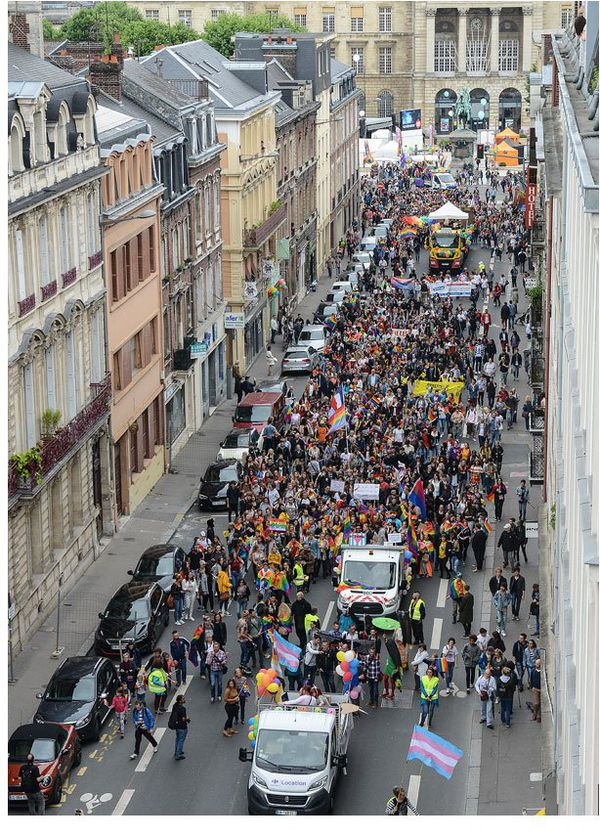 La parade des diversités 2017 de Normandie Pride dans la rue Jean Lecanuet.