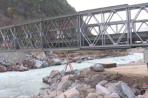 Ce pont de secours, mis à disposition par le CEREMA(Centre d'études et d'expertise sur les risques, l'environnement, la mobilité et l'aménagement), a été financé par le département et la mairie de Breil-sur-Roya.