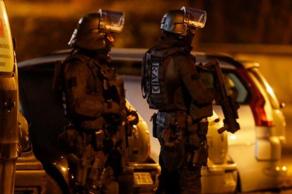 Les hommes du RAID, le 23 février 2021 dans le quartier de la Petite Hollande à Montbéliard.