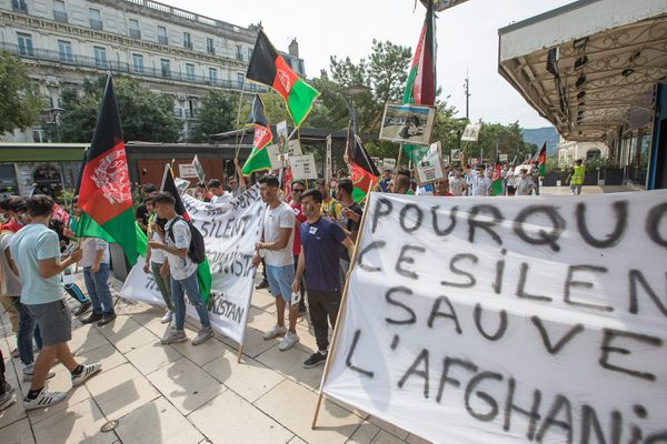 Les manifestants brandissant leurs pancartes et leurs slogans anti-talibans en français, en anglais et en arabe, dans les rues de Valence