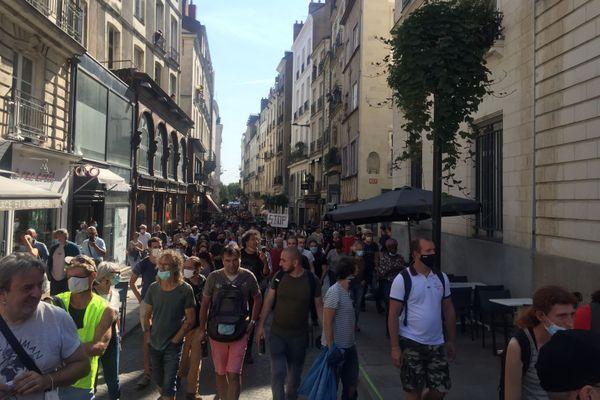 Déterminés à être le plus visible possible, les gilets jaunes ont emprunté un parcours inhabituel: les rues de l'hyper centre de Nantes