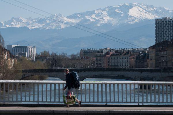A Grenoble, les rues sont désertes depuis le confinement général entré en vigueur mardi.
