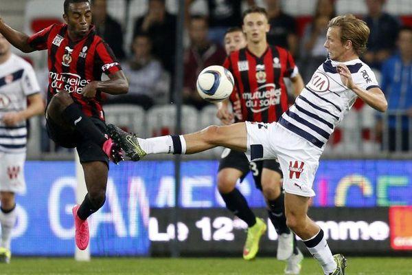 Le bordelais Clément Chantome aux prises avec le niçois Nampalys Mendy lors du match à Nice le 23 septembre 2015