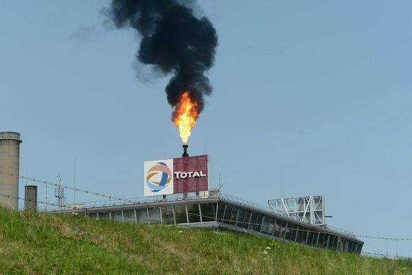 Fumée noire et flamme sortent d'une torche de la raffinerie pétroliere Total à Feyzin, Rhône - juillet 2013