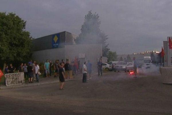 Rassemblement d'une vingtaine de salariés devant l'entreprise Loomis, des fumigènes ont été lancé - Mardi 6 août 2013