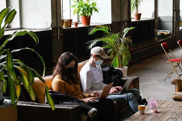Deux étudiants travaillant sur leurs ordinateurs à Mulhouse (Haut-Rhin), le 19 février 2021.