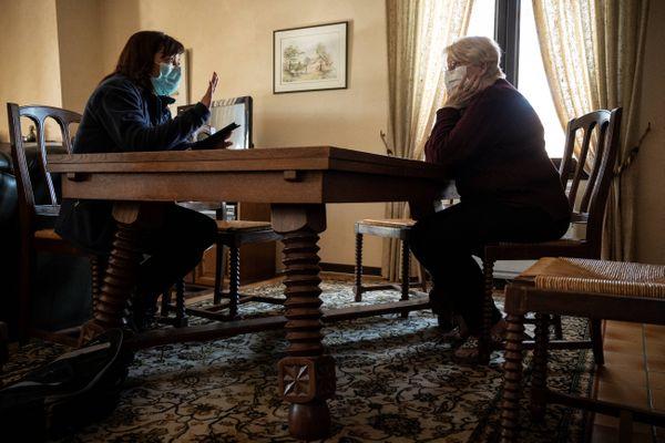 Une factrice fait passer un test d'évaluation physique et mentale à Armande, 83 ans, habitante de Plaisance-du-Touch.
