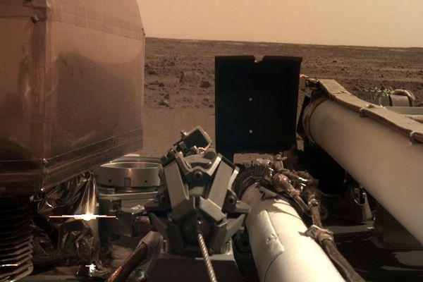 La sonde Insight s'est posée sur mars le 26 novembre 2018, pour étudier la structure de la planète rouge, notamment grâce au sismomètre SEIS construit par le CNES, avec la collaboration de chercheurs de l'ISAE Supaero, à Toulouse.