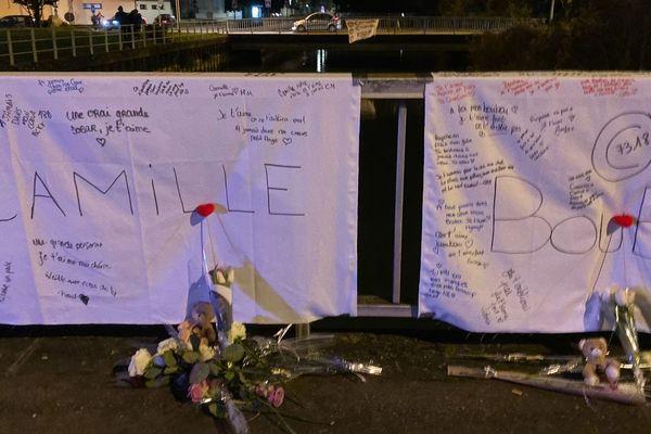 Sur les lieux du drame, des messages à l'intention des trois jeunes victimes le mardi 14 janvier 2020.
