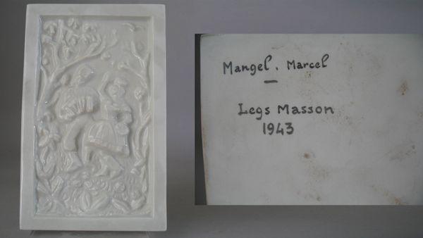 Photo d'une pièce signée Marcel Mangel. Il s'agit d'une plaque de porcelaine (d'une dimension de 19,5 x 12 cm), au décor en relief, représentant un accordéoniste et une danseuse. Au dos,  la signature de Marcel Mangel et la date de création
