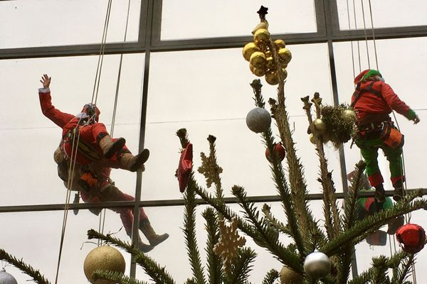 Le Père Noël et ses lutins descendent en rappel sur les murs de l'Hôpital de la mère et de l'Enfant de Limoges.