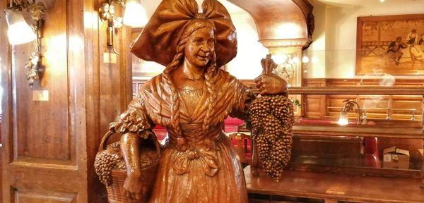 L'Alsacienne et ses grappes de raisins est une statue sculptée par René Erny, ébéniste de Colmar