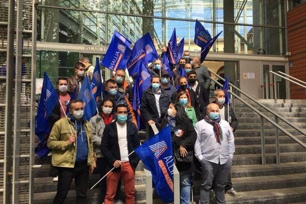 Une soixantaine de policiers manifestait ce mardi 20 avril 2021 devant le tribunal de justice de Toulouse, en réaction au verdict jugé trop clément contre les agresseurs des policiers brûlés en région parisienne en 2016.