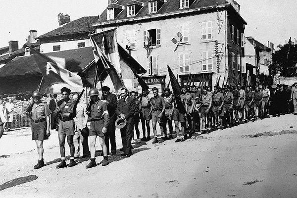 """Le bataillon du """"Capitaine Tito"""" alias Francisco Valero lors du défilé de la libération de Bellac en août 1944"""