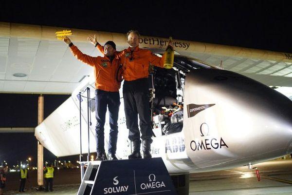 Les pilotes suisses Bertrand Piccard (G) et André Borschberg (D) après atterrissage.