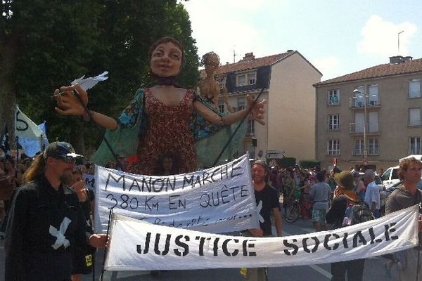 Les intermittents du spectacle ont manifesté dans les rues de Chalon-sur-Saône, en compagnie de Manon, une marionnette de 4,50 mètres, de la compagnie Les Grandes Personnes.