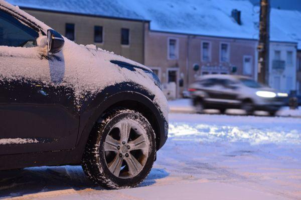 Une voiture roulant dans la neige.