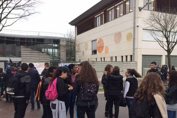 Au Lycée Doisneau (Vaulx-en-Velin), ce mardi matin.