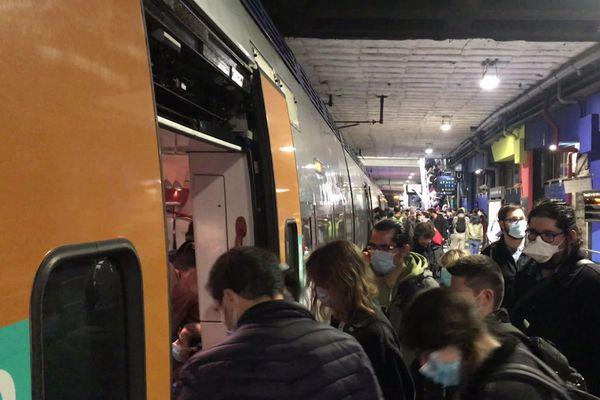 Le TER de 17H55 est bondé entre Montpellier et Narbonne le vendredi soir.