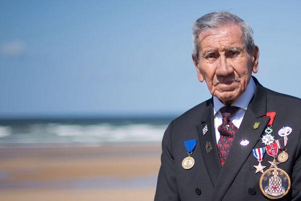 """Selon l'un de ses biographes, Charles Norman Shay est """"très probablement"""" le dernier des 500 Amérindiens ayant débarqué en Normandie."""