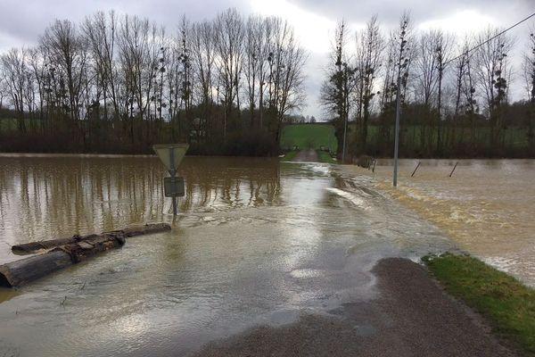 La rivière Ouanne déborde entre Grandchamp et Charny, ce qui provoque la fermeture de routes dans l'Yonne