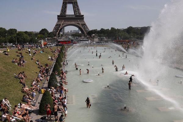 En pleine canicule, les familles sont nombreuses à venir se baigner dans les bassins du Trocadéro (illustration).