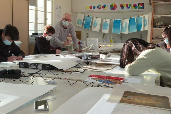L'émulation de dessiner ensemble pour les élèves d'arts plastiques du conservatoire de Narbonne.