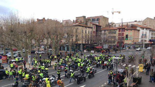 Près d'un millier de manifestants s'est rassemblé au Puy-en-Velay, et a pris la direction du centre-ville, dans la matinée du 8 décembre.
